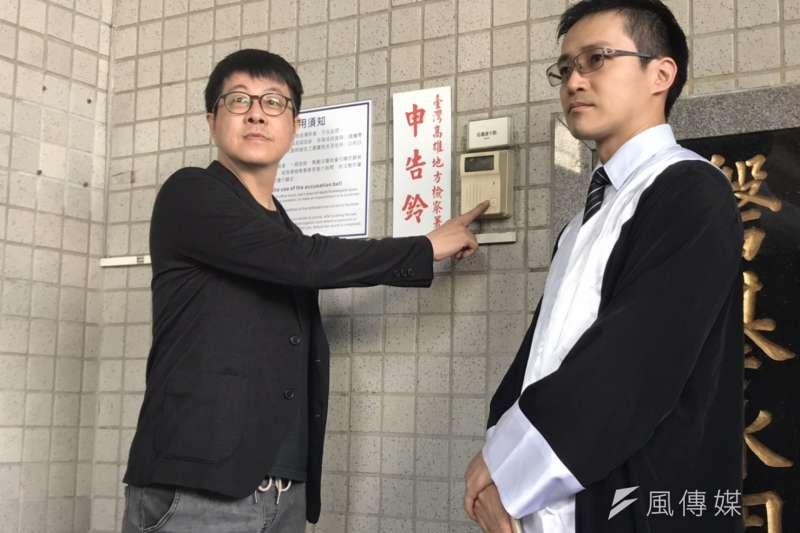 Wecare高雄發起人尹立(左)今(25)日至派出所報案,表示高雄近日出現大量「黑函」,恐影響罷韓投票結果。 (資料照,徐炳文攝)