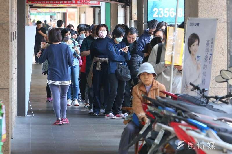 台北市民眾一早便至藥局外排等購買口罩。(資料照,顏麟宇攝)