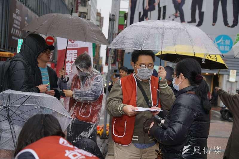20200216-民眾冒雨參加罷韓連署。(盧逸峰攝)