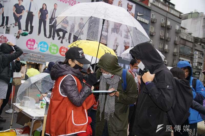 國民黨台北市議員游淑慧認為,罷韓團體之所以一直將目標衝高,是為了「保溫」罷韓熱度。圖為民眾冒雨在街頭填寫罷免高雄市長韓國瑜的連署書。(資料照,盧逸峰攝)