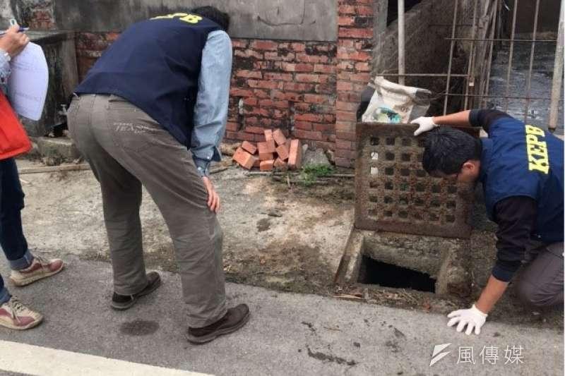 稽查人員於內門區畜牧場前方排水溝掀蓋巡查。(圖/徐炳文攝)
