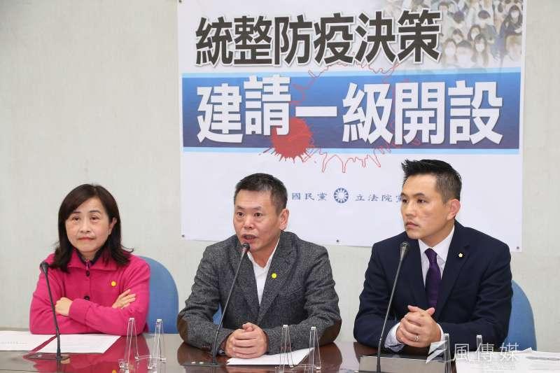 國民黨總召林為洲(中)、立委林奕華(左)、陳以信(右)17日召開「統整防疫決策,建請一級開設」記者會。(顏麟宇攝)