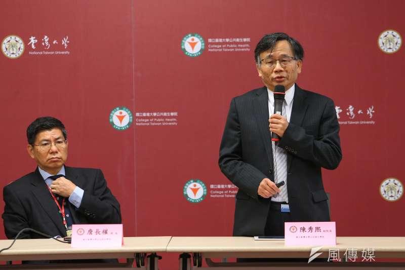 台大公衛學院副院長陳秀熙(右)17日出席「抗COVID-19疫情說明會」。(顏麟宇攝)