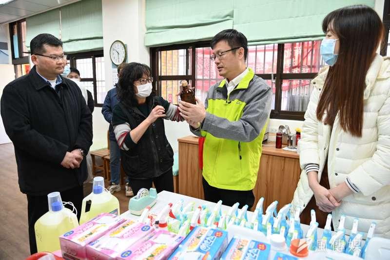 新北教育局長張明文到板橋區文聖國小關心學校防疫準備及演練情形。(圖/新北市教育局提供)