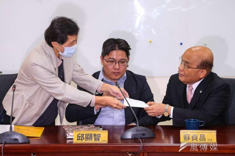 20200218-時代力量立委陳椒華(左)18日會見行政院長蘇貞昌,並送上口罩,建議防疫期間於室內開會宜配戴口罩。(顏麟宇攝)