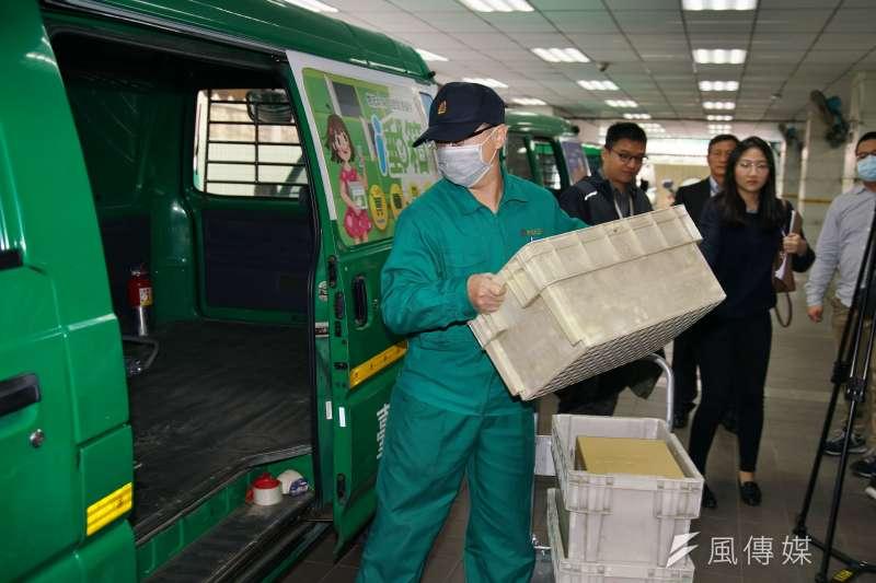 20200219-中華郵政公司運送消毒酒精至各藥局。(盧逸峰攝)