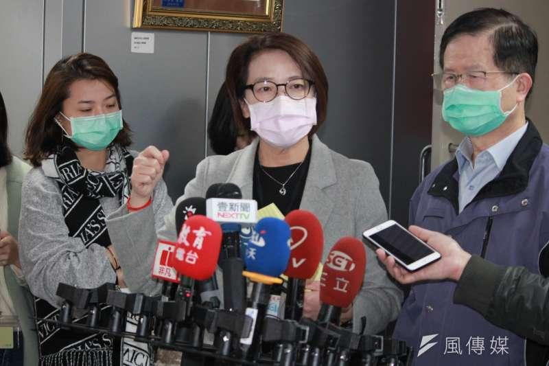 台北市教育局宣布北市師生7月14日前禁止出國,副市長黃珊珊(中)則認為,禁止師生出國的政策有違人民自由,須向中央請示後再決定。(資料照,方炳超攝)