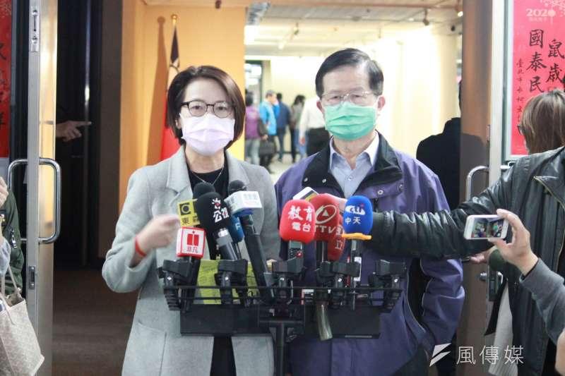 20200219-台北市副市長黃珊珊(左)19日表示,本周五(21日)起,民眾亦可前往北市各區健康服務中心購買口罩。(方炳超攝)