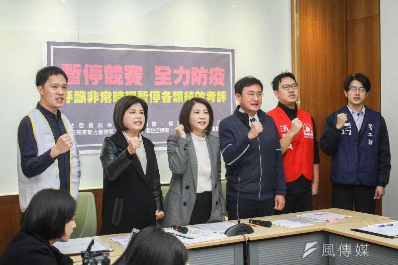 民進黨立委周春米(左三)、黃國書(右三)、賴惠員(左二)等人召開「暫停競賽,全力防疫,呼籲非常時期暫停各類績效考評」記者會。(蔡親傑攝)