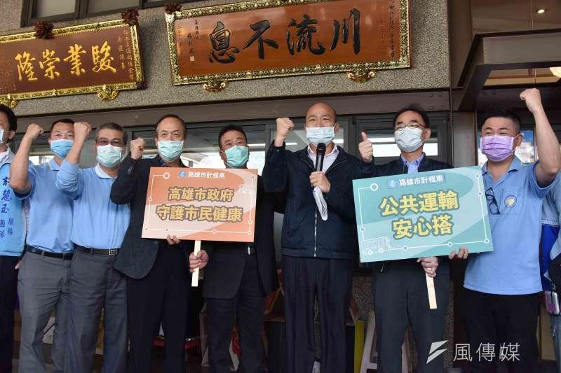 韓國瑜訪視計程車防疫措施,並叮囑運將做好防護措施,共同保護自己、家人與乘客的健康。(圖 /徐炳文攝)