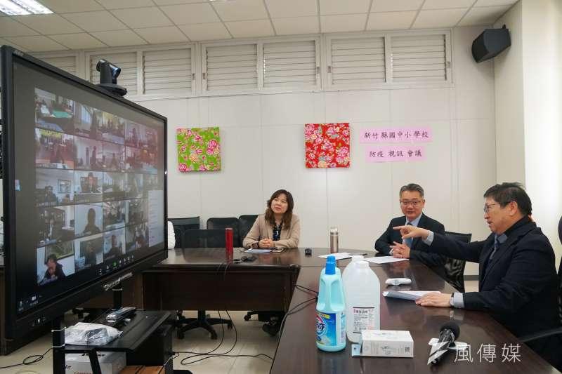 新竹縣長楊文科(右一)透過校園視訊會議,提醒校長們務必站在防疫第一線。(圖/新竹縣政府提供)