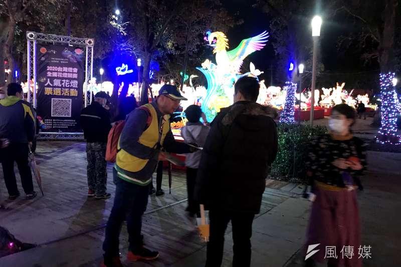 台灣燈會競賽燈區志工除了提供專業導覽之外,還協助提供多想諮詢服務。(圖/台中市府教育局)