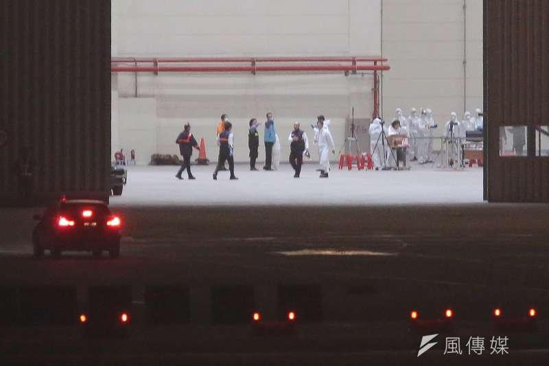 20200221-鑽石公主號旅客包機21日晚間即將返抵台灣,華航機棚內防疫人員已於現場待命。(顏麟宇攝)