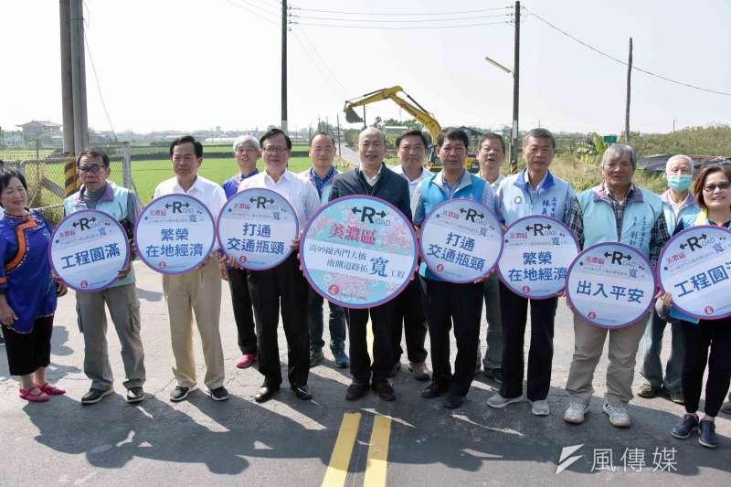 市長韓國瑜(左5)主持開工典禮,與地方民代和當地居民一同祈福施工順利,盼道路開闢後經濟更繁榮。(圖/徐炳文攝)
