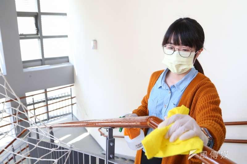 台灣兒科醫學會於校園防疫宣導記者會現場示範樓梯把手消毒狀況。(顏麟宇攝)