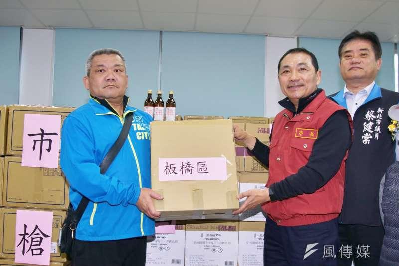 20200223-新北市長侯友宜23日將防疫物資轉交給各區學校代表。(盧逸峰攝)