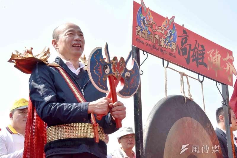 韓國瑜身披火鶴金甲,手持兵器,為24個在地文武藝陣團體,總點名大閱兵。(圖/徐炳文攝)