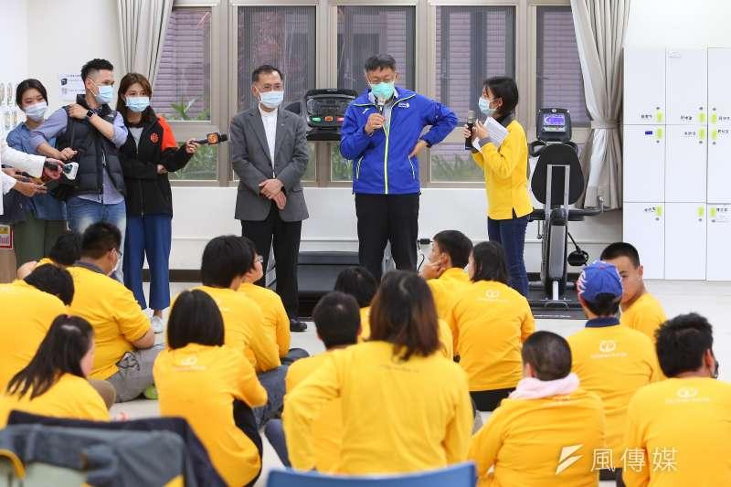 台北市長柯文哲訪視興隆公宅喜憨兒基金會文山工坊防疫措施。(顏麟宇攝)