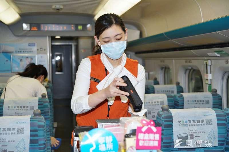 高鐵、台鐵公司宣布,自7日防疫措施將再鬆綁。圖為高鐵列車服勤員進行消毒作業。(資料照,盧逸峰攝)