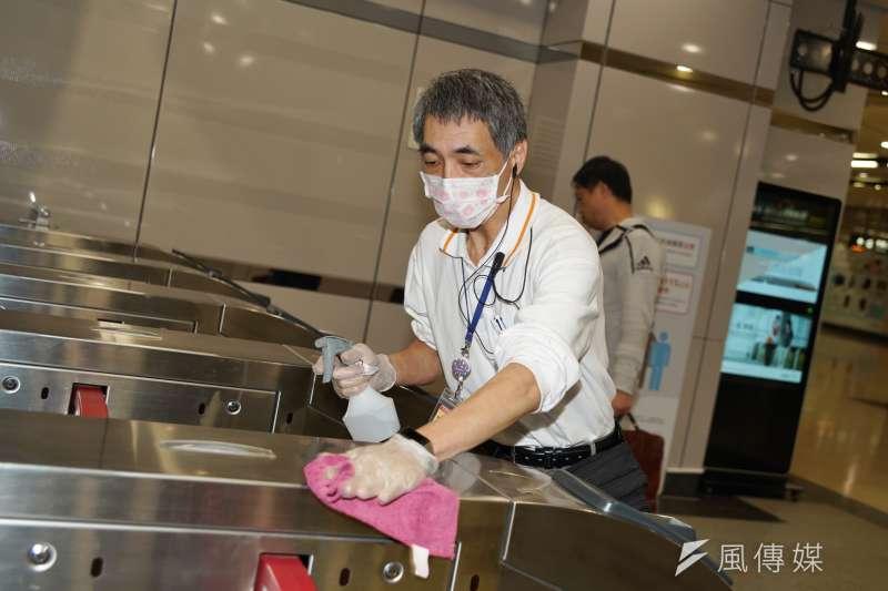 20200225-台灣高鐵積極採取防疫措施,圖為清潔人員進行消毒作業。(盧逸峰攝)