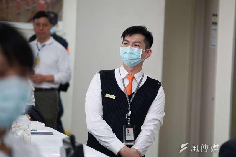 台灣高鐵積極採取防疫措施,高鐵職員戴口罩執勤。(資料照,盧逸峰攝)