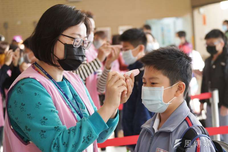 20200225-開學日,小學生戴口罩上學,進入校園前先量體溫。(盧逸峰攝)