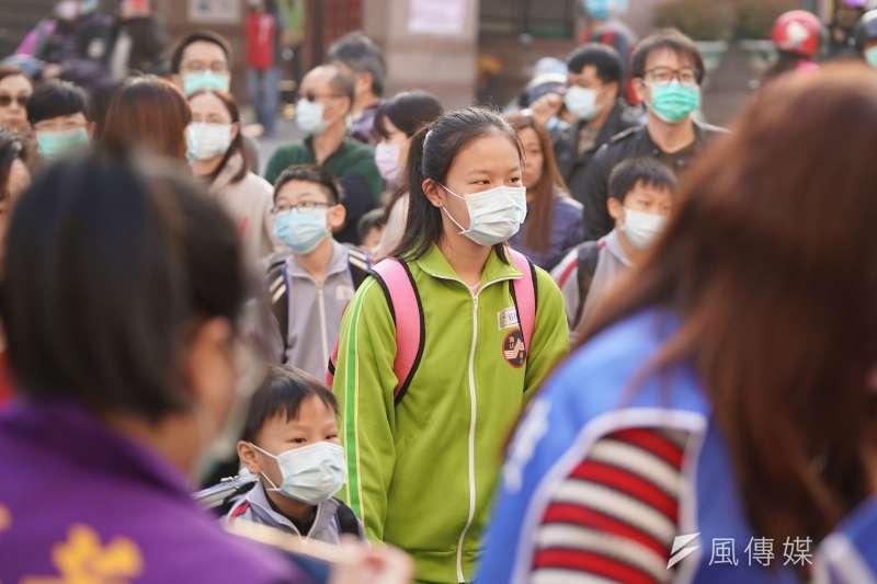 開學日,小學生戴口罩上學。(盧逸峰攝)