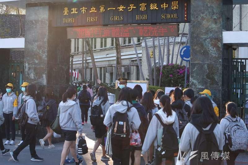 20200225-各級學校25日開學,學生進入校園多數配戴口罩,並實施體溫測量。(顏麟宇攝)