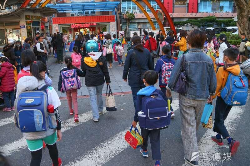 台北市9月1日開學,高中以下及幼兒園都將恢復實體上課。示意圖,非本新聞當事人。(資料照,顏麟宇攝)