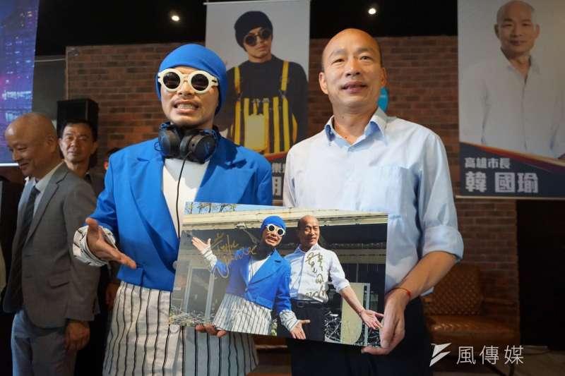 高雄市長韓國瑜(右)與鬼才巨星黃明志(左)出席「J café」舉行記者會合影。(圖/徐炳文攝)