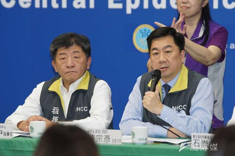 中央流行疫情指揮中心26日舉行記者會,指揮官陳時中(左)、內政部次長陳宗彥(右)同台出席。(盧逸峰攝)