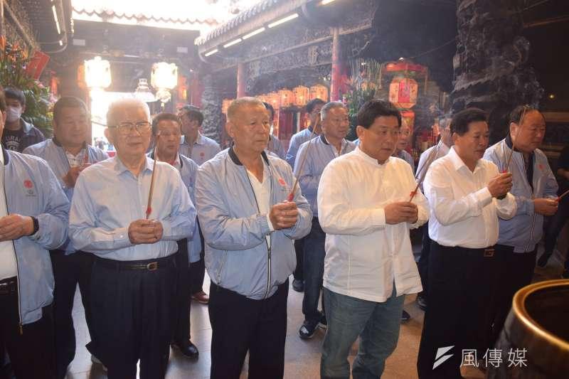 大甲鎮瀾宮動事長顏清標跟全體董監事再次跟媽祖祈求護佑台灣。(圖/王秀禾攝)
