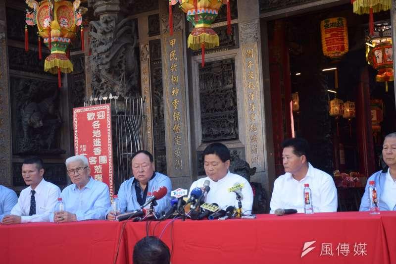 鎮瀾宮董事長顏清標(中)26日表示,距離大甲媽遶境起駕還有24天,還沒辦卻已被罵得要死。(資料照,王秀禾攝)