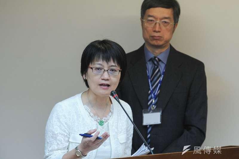 整合入出境與健保資訊追蹤境外感染源,健保署副署長蔡淑鈴(前)是關鍵角色。(林俊耀攝)