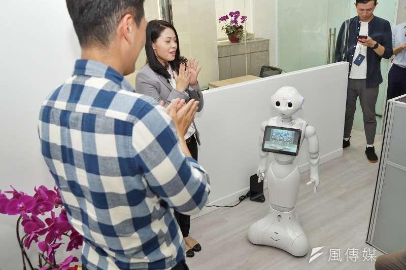 新科立委高虹安26日舉辦機器人助理歡迎會,辦公室主任吳達偉跟機器人Pepper現場互動。(盧逸峰攝)