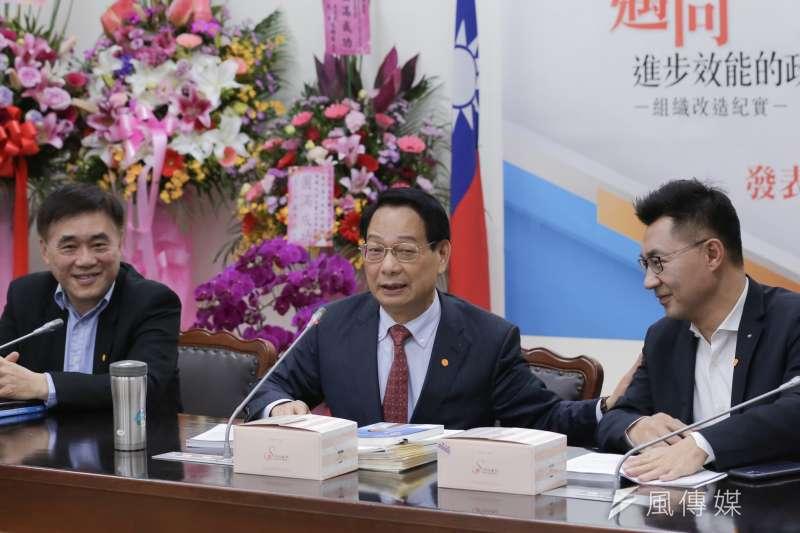 20200226-國民黨主席候選人郝龍斌(左)、江啟臣(右)26日出席前立委呂學樟(中)新書發表會。(簡必丞攝)