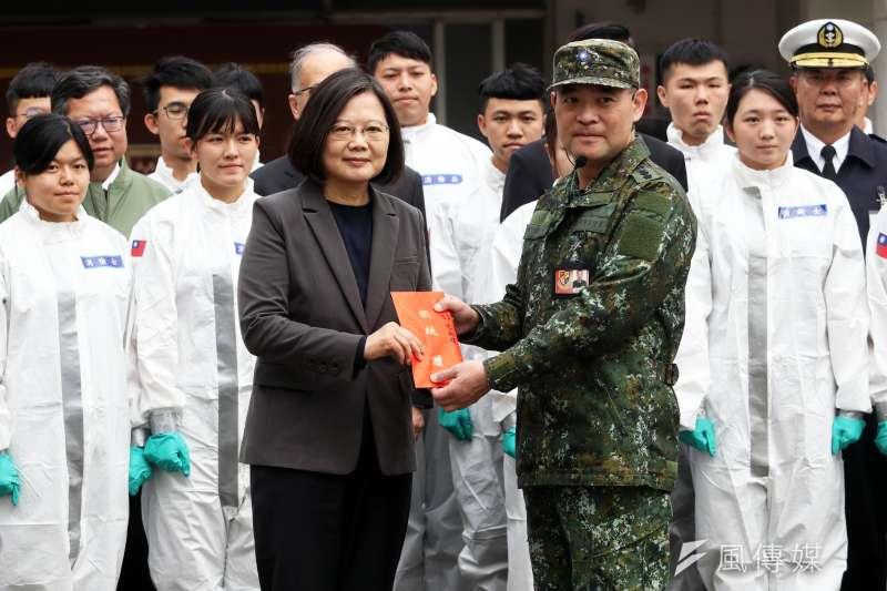 桃園33化學兵群指揮官李煜森(右)17年前曾站在第1線對抗SARS。左為總統蔡英文。(蘇仲泓攝)
