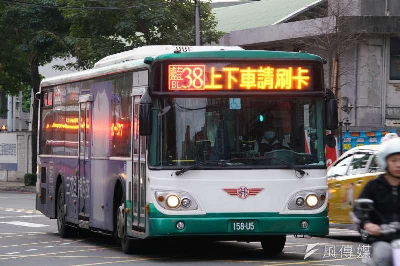 中央流行疫情指揮中心27日公布案32外籍移工之移動軌跡,該移工曾多次搭乘行駛於樹林、板橋地區的藍38路線公車,示意圖,非當事車輛。(盧逸峰攝)