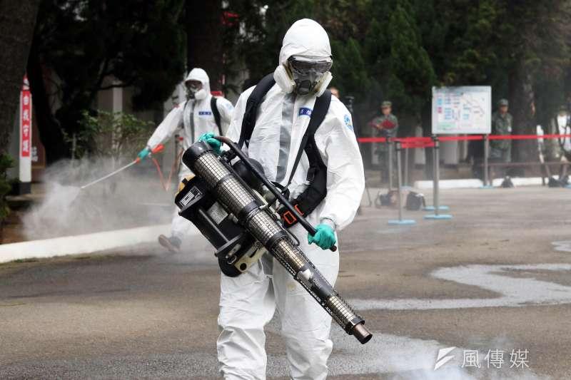 20200227-桃園陸軍六軍團33化學兵群化學兵操作氣體消毒機。(蘇仲泓攝)
