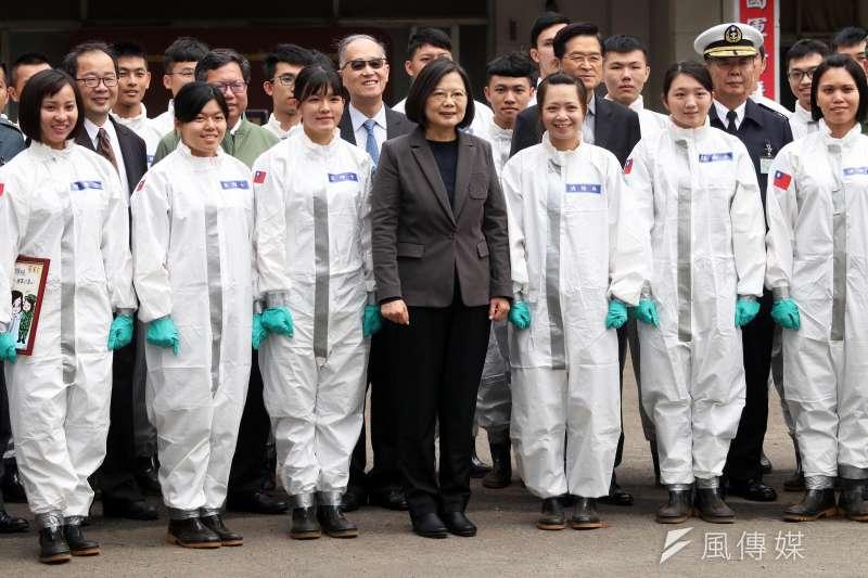 總統蔡英文(中)27日前往桃園陸軍六軍團33化學兵群,了解各項整備作業。(蘇仲泓攝)