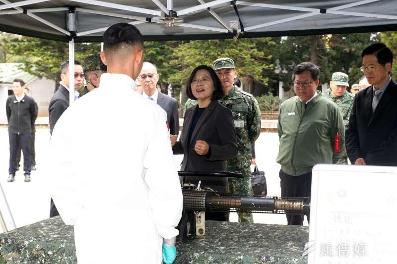 20200227-總統蔡英文27日前往桃園陸軍六軍團33化學兵群,了解各項整備作業。(蘇仲泓攝)