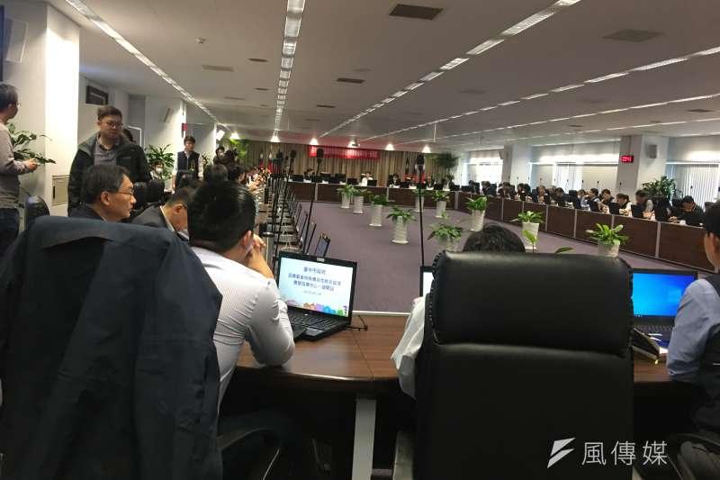 臺中市政府28日召集單位主管舉行將疫情應變指揮中心提升為一級,並超前佈署各項防疫規劃準備。(圖/王秀禾攝)