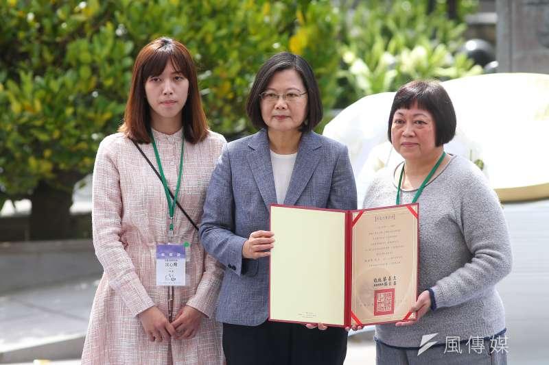 20200228-總統蔡英文28日出席「二二八事件73週年中樞紀念儀式」,並頒發回復名譽證書給受難者家屬。(顏麟宇攝)