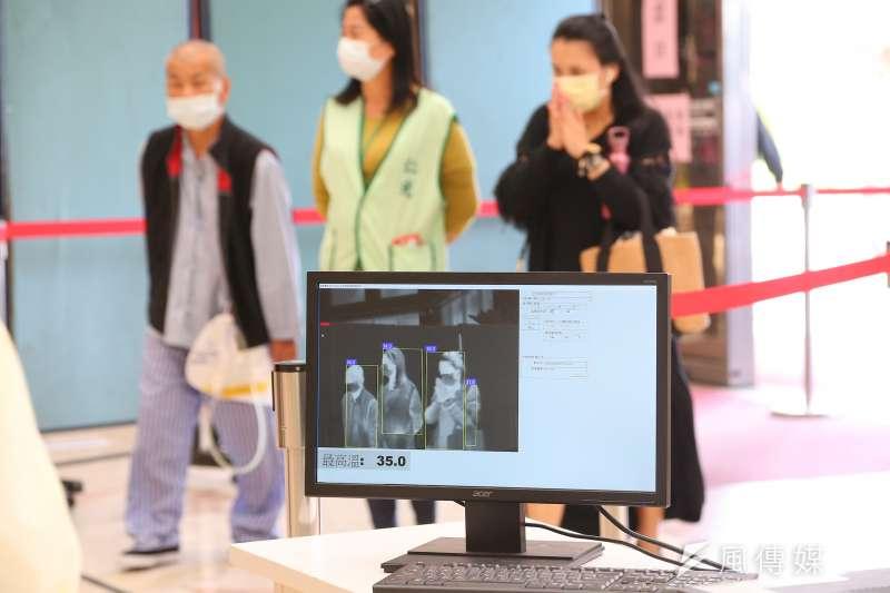 台北榮民總醫院29日於入院門口進行紅外線體溫檢測。(顏麟宇攝)