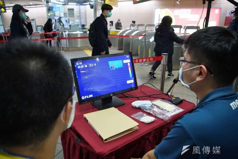 台北捷運於台北車站板南線出入口試辦紅外線熱顯像儀,可即時偵測旅客體溫。(盧逸峰攝)