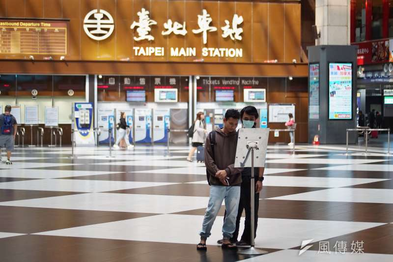 在台北車站大廳席地而坐是否真的會阻擋旅客動線、有礙觀瞻?(盧逸峰攝)