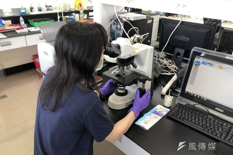 季節交替初期 動保處籲請養殖戶注意池水溶氧量問題利用專業儀器檢驗 。(圖/徐炳文攝)