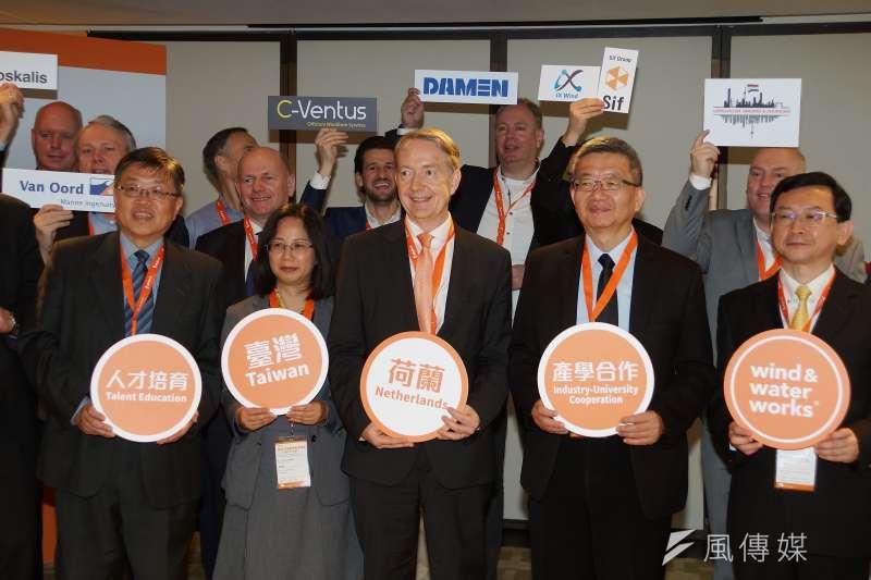 荷蘭與台灣合作離岸風電人才培訓計畫, 荷蘭駐台代表紀維德(前排右三)與來賓合影。(盧逸峰攝)
