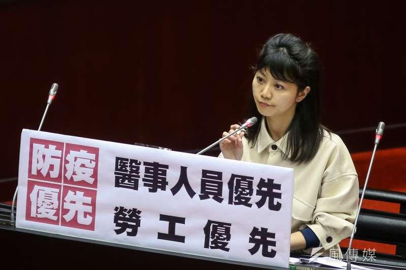 民進黨立委高嘉瑜3日於立院質詢,質疑禁止醫事人員出國未經法律授權。(顏麟宇攝)