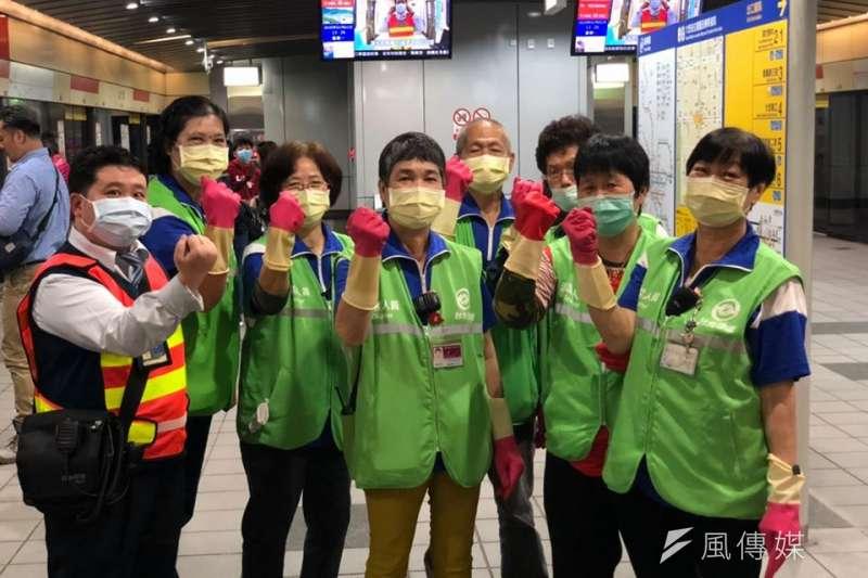 台北捷運公司宣布完成防疫持久戰部署工作,並且增派清潔人員盡力完成清潔任務。(台北捷運公司提供)
